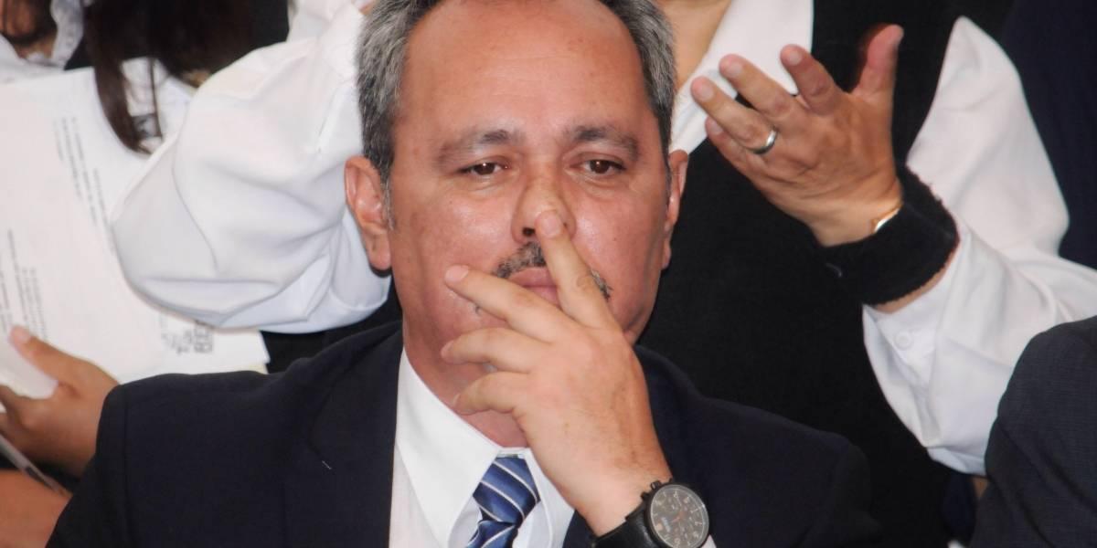 Rigoberto Salgado recibe expediente de proceso de destitución