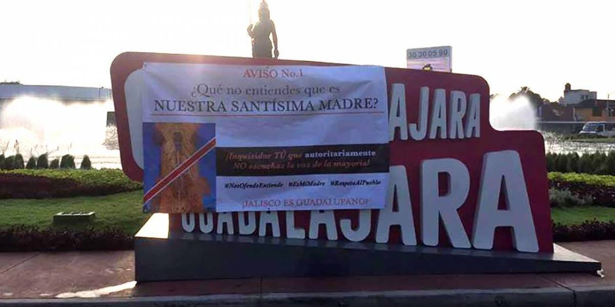 "Colocan mantas contra escultura que ""profana"" a la Virgen de Guadalupe"