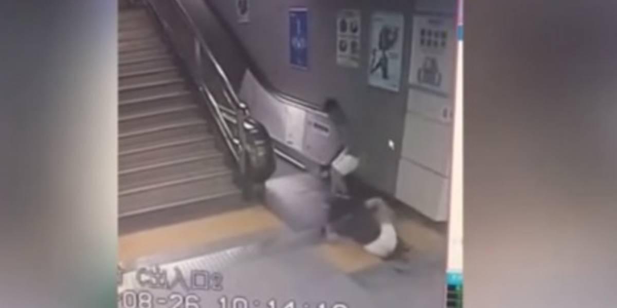 El suelo se 'traga' a mujer en estación de metro en China