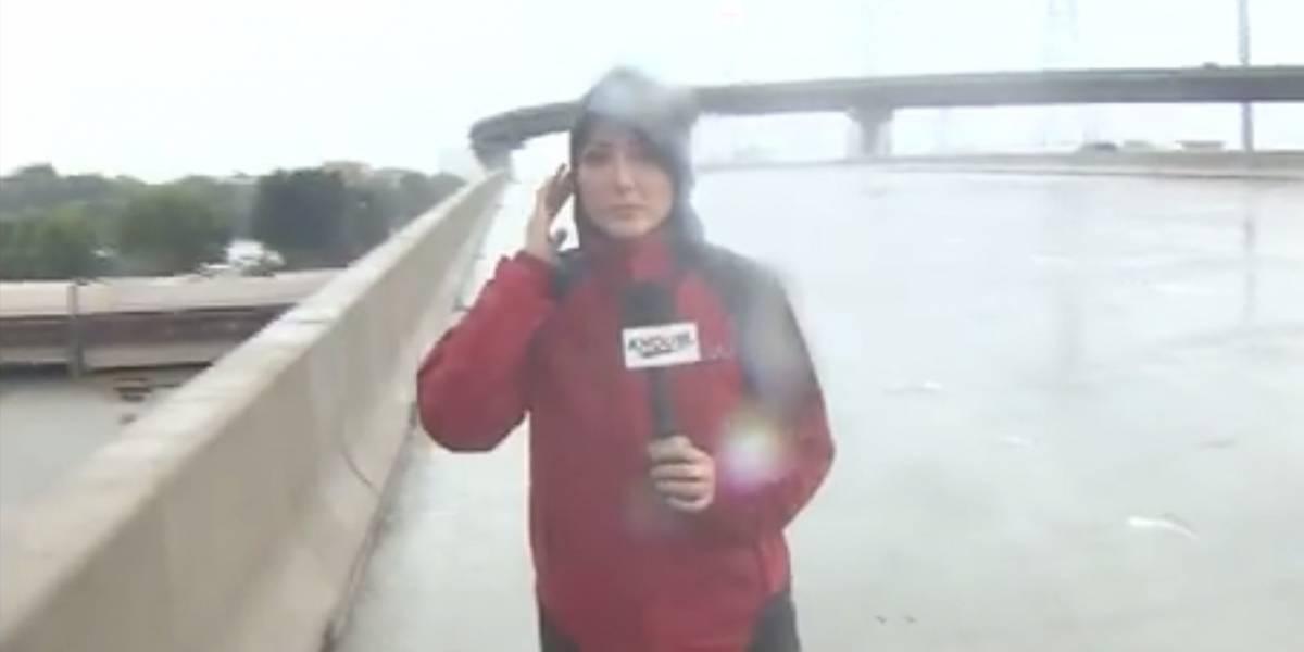 VIDEO. Reportera interrumpe transmisión en vivo para salvarle la vida a un hombre atrapado por las inundaciones
