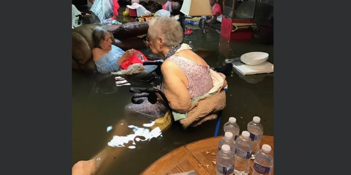 Ancianos quedan atrapados en medio de inundaciones por Harvey