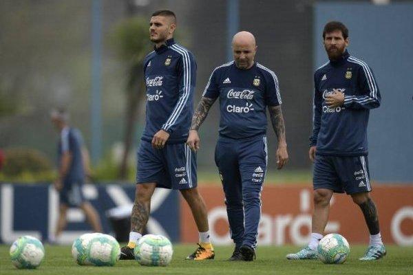 Sampaoli juntará en ofensiva a Icardi y Messi. Dybala completará su tridente de ataque / AFP
