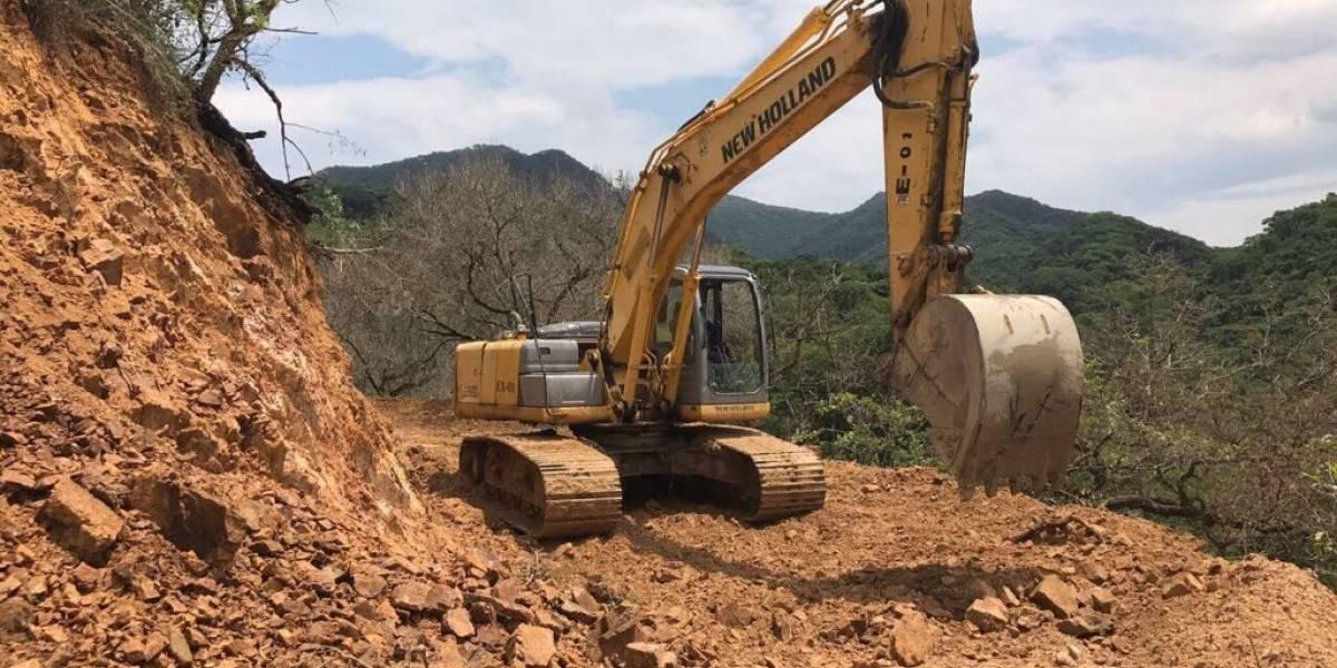 Entre deslaves y socavones, sigue cerrada carretera a Puerto Vallarta