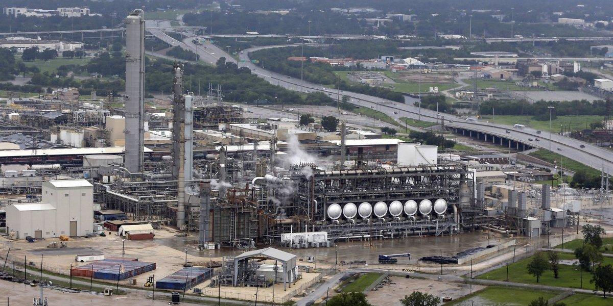 'Harvey' obliga el cierre de la mayor refinería de EU por inundación