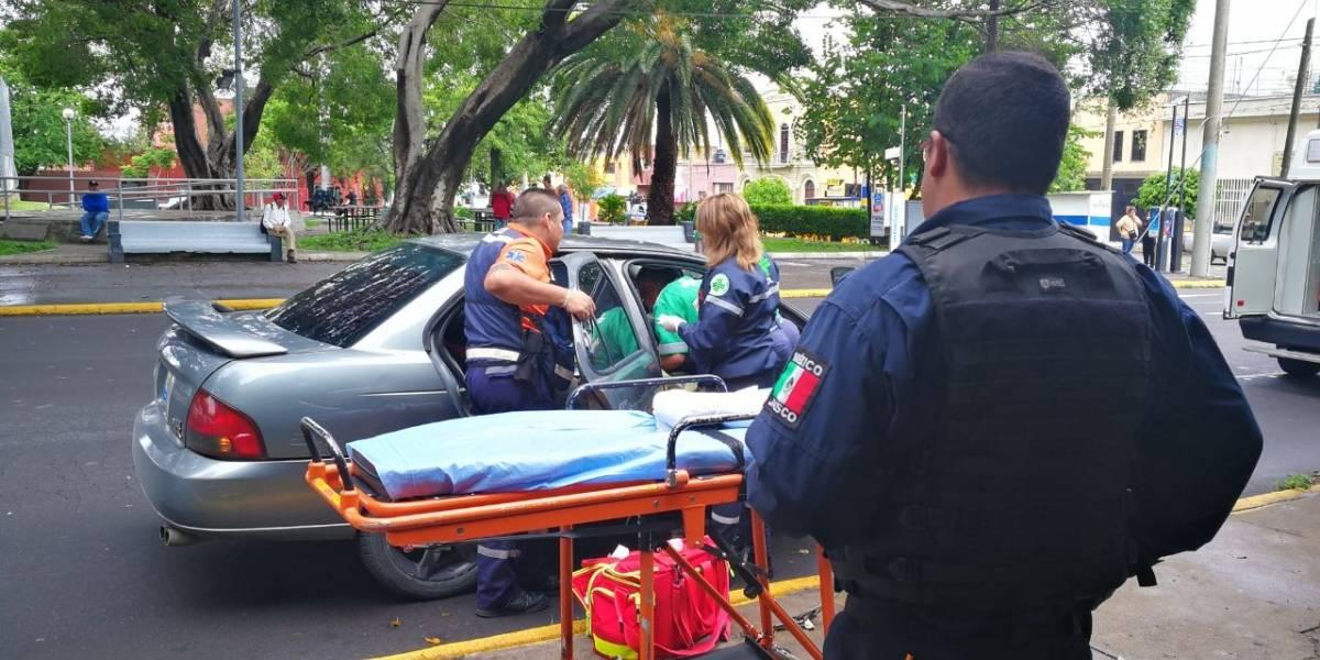 Policías tapatíos ayudan a mujer a dar a luz dentro de un coche