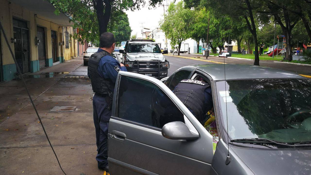 Policías de Guadalajara ayudan a mujer a dar a luz dentro de un coche