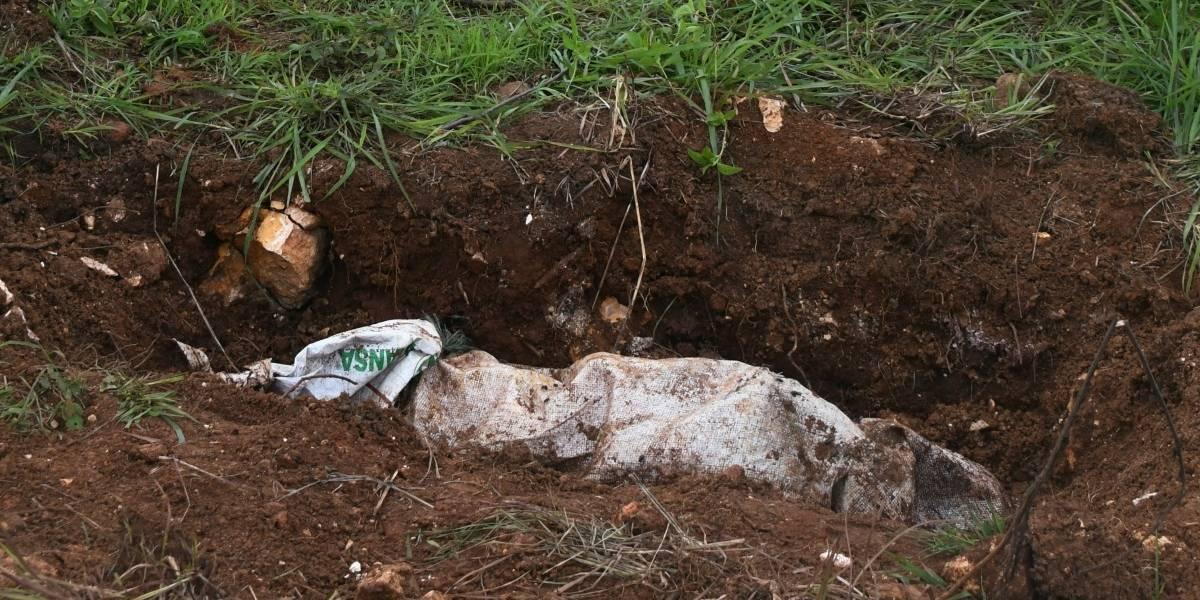 Macabro: primos fueron obligados a cavar su propia tumba antes de ser ejecutados y quemados