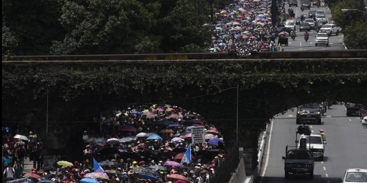 Centenares de maestros salen a las calles y muestran apoyo a Jimmy Morales