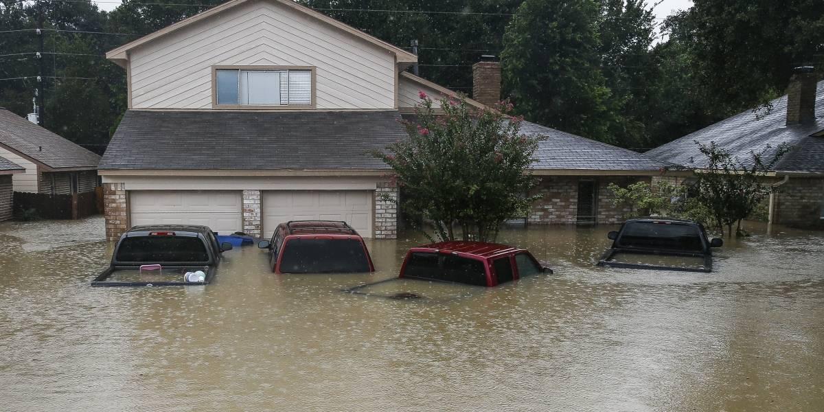 Hallan niña aferrada al cuerpo de su madre ahogada en inundaciones Harvey