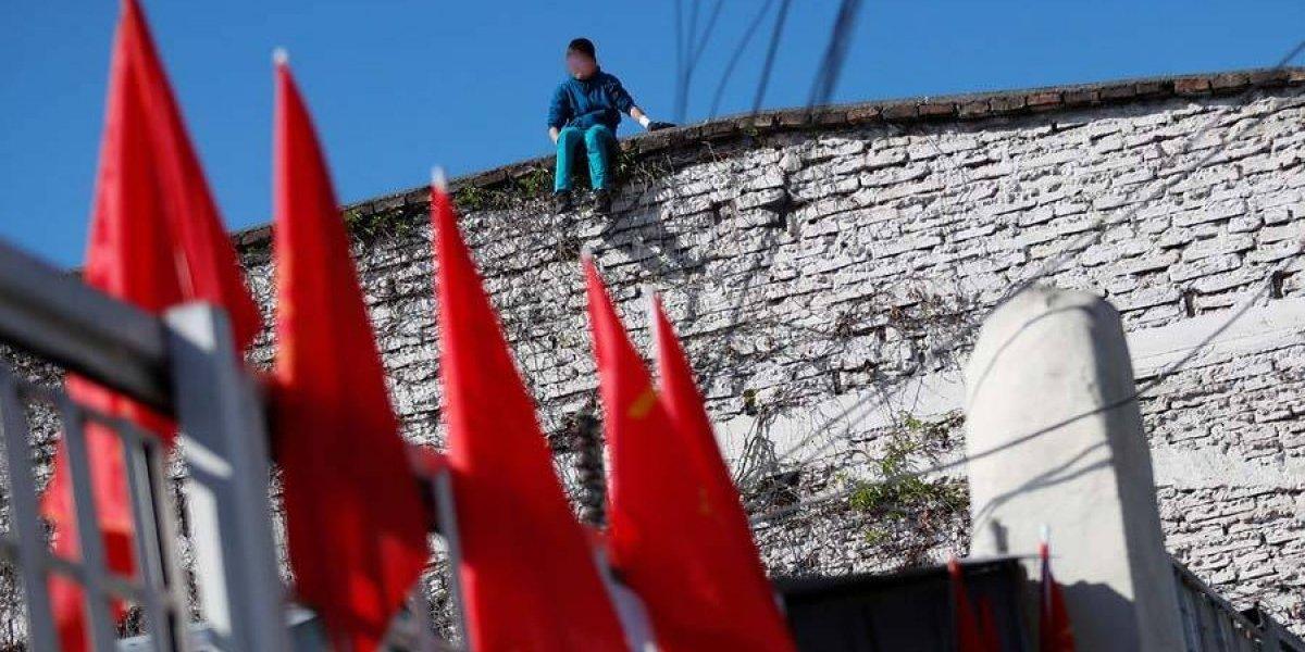 Impactante imagen: niño en el techo de centro de Sename que se encuentra en toma