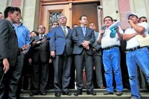 Jimmy Morales recibe a maestros en la casa presidencial
