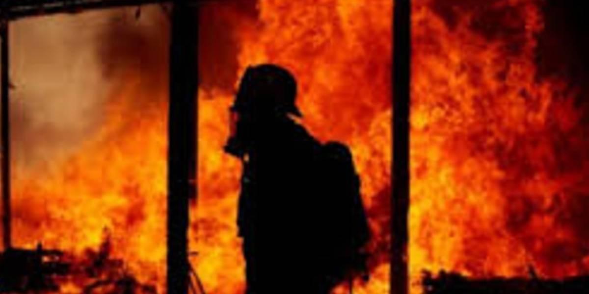 Coge fuego casa de madera que recibía luz de vecinos