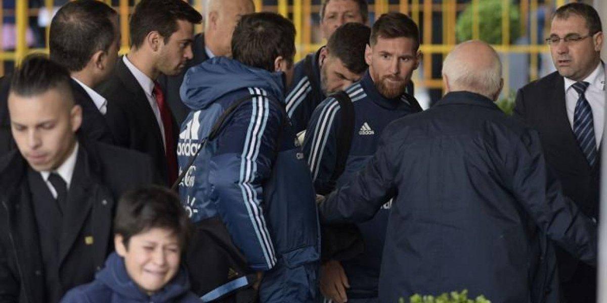El gesto de Lionel Messi ante un pequeño hincha que quería un autógrafo en Montevideo