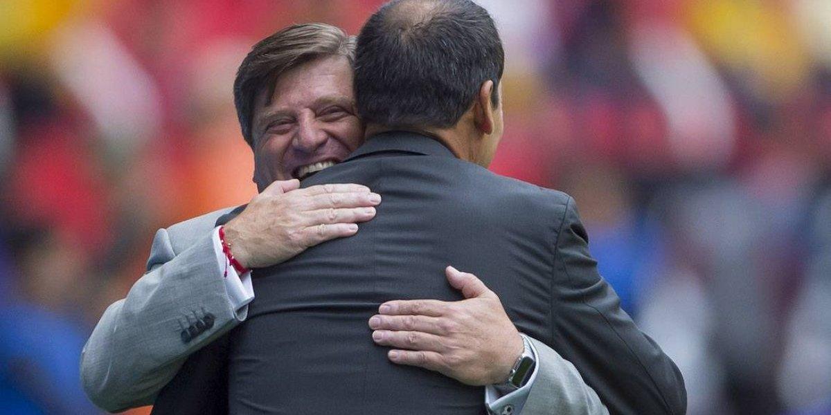 El 'Piojo' Herrera, técnico del América, apoya al 'Profe' Cruz