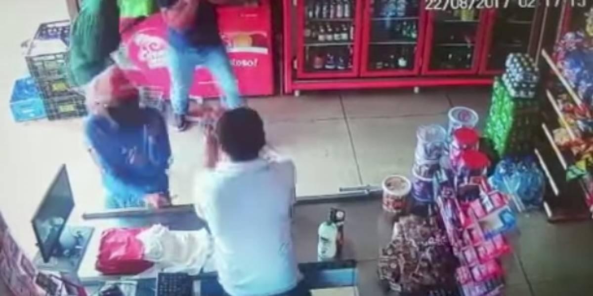 Cajero mata a tiros a dos ladrones en Brasil