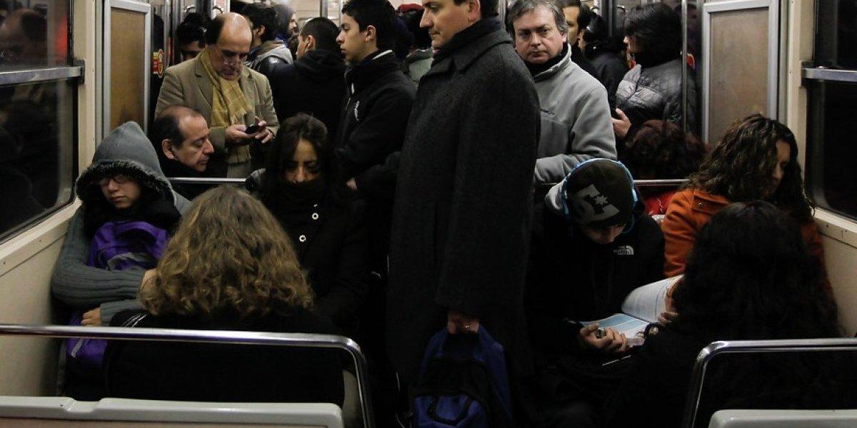 ¿Cómo dormir en la micro o el metro? Esta es la fórmula para aprovechar un viaje tan largo para descansar