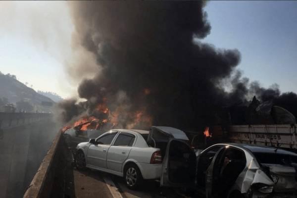 Dos muertos en choque con 36 vehículos y explosión en Brasil