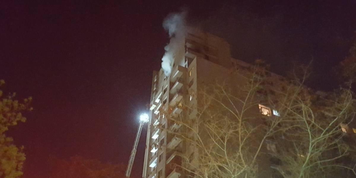 Incendio en piso 19 obliga a evacuar a treintena de personas en edificio de Santiago