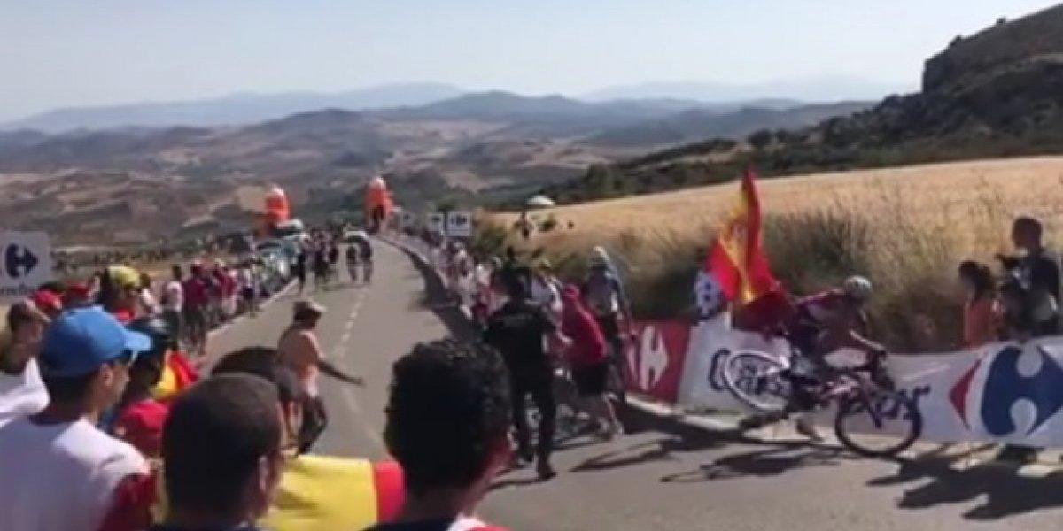 VIDEO: Aficionado tira a ciclista en la Vuelta España ¡se pasó!