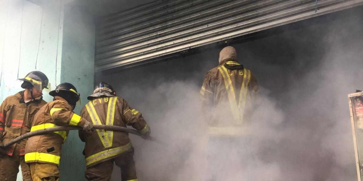 EN IMÁGENES. Se registra incendio en piñatería de la zona 1