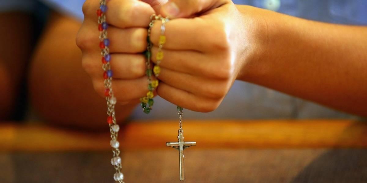 Lo encontraron corriendo desnudo por las calles de New York: había estrangulado a su novia y puso un rosario en su boca