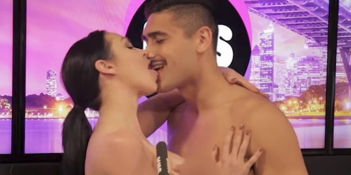 Apasionado encuentro de una pareja desnuda en programa de radio