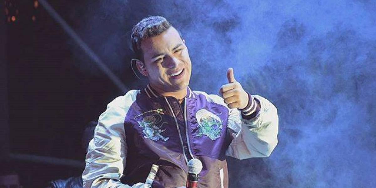 """Una """"bruja"""" aparece en pleno concierto de un cantante colombiano y fue captada en video"""