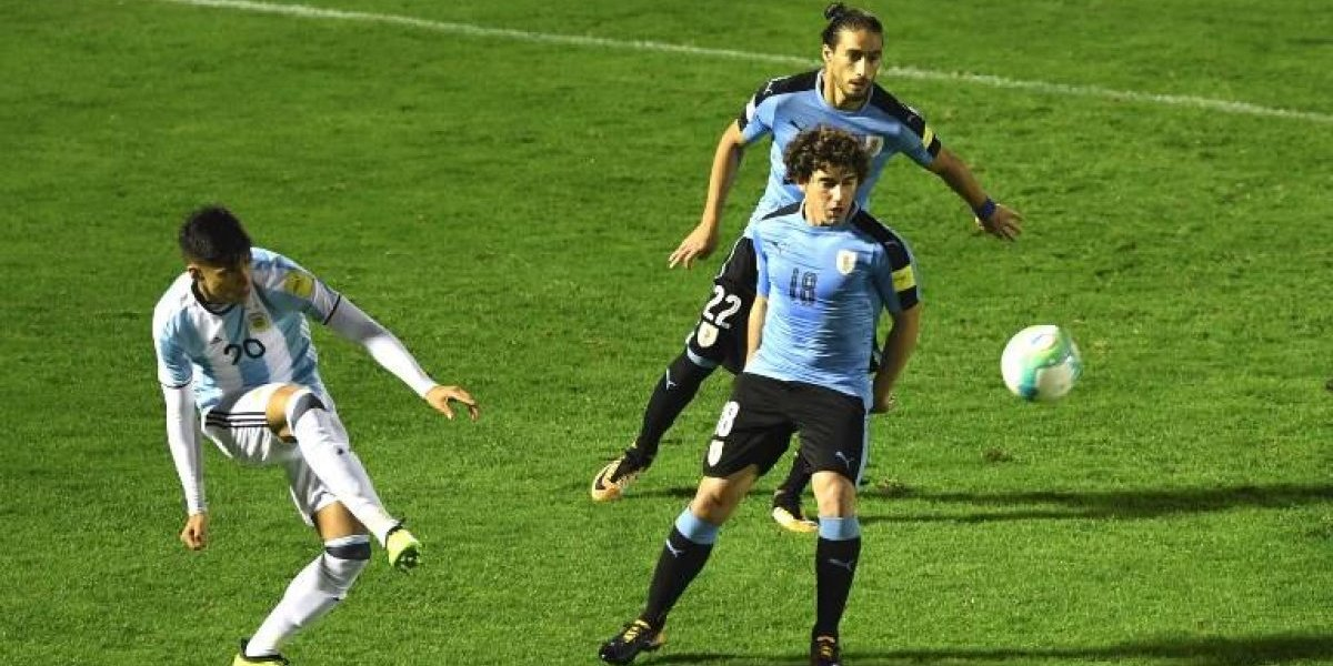 Un fantasma: Mathías Corujo no tocó la pelota en partido Uruguay-Argentina