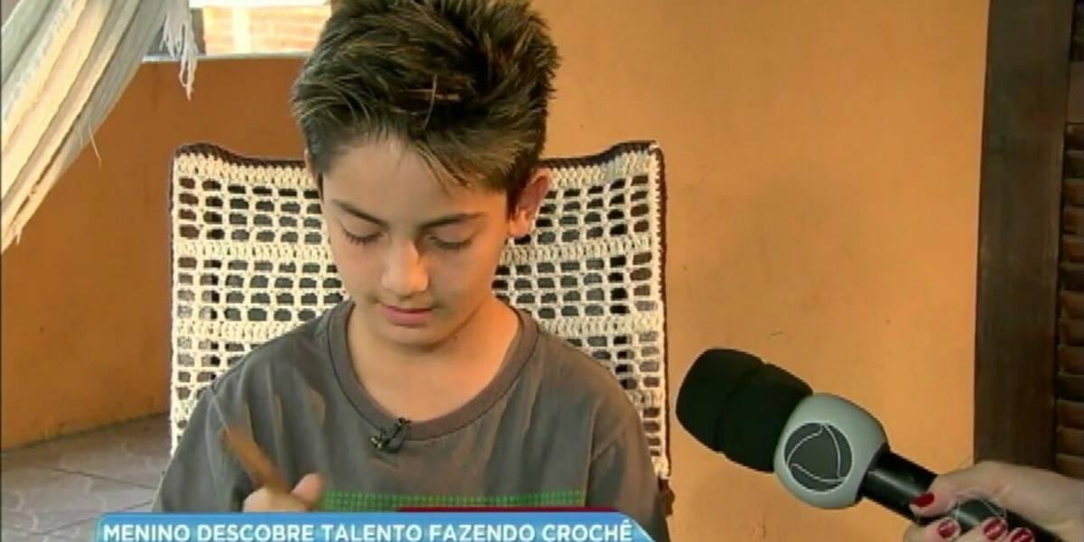 Menino que ensina crochê na web se inspira em Rodrigo Hilbert