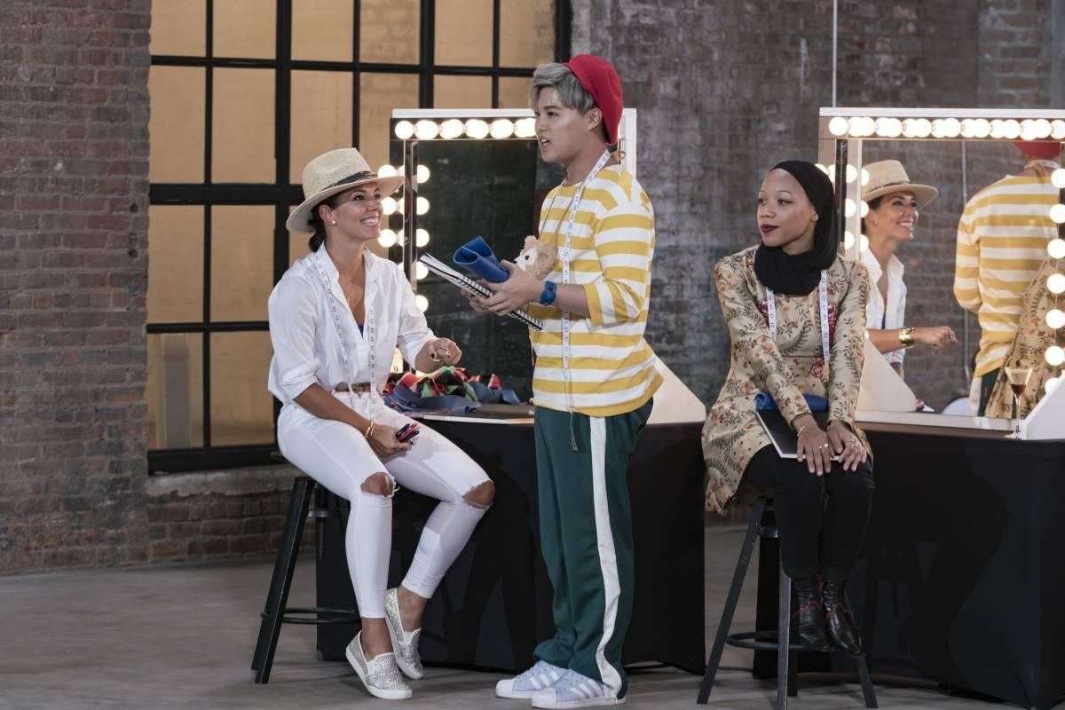 Margarita, vestida de blanco, junto a dos de sus compañeros en la competencia. Suministrada