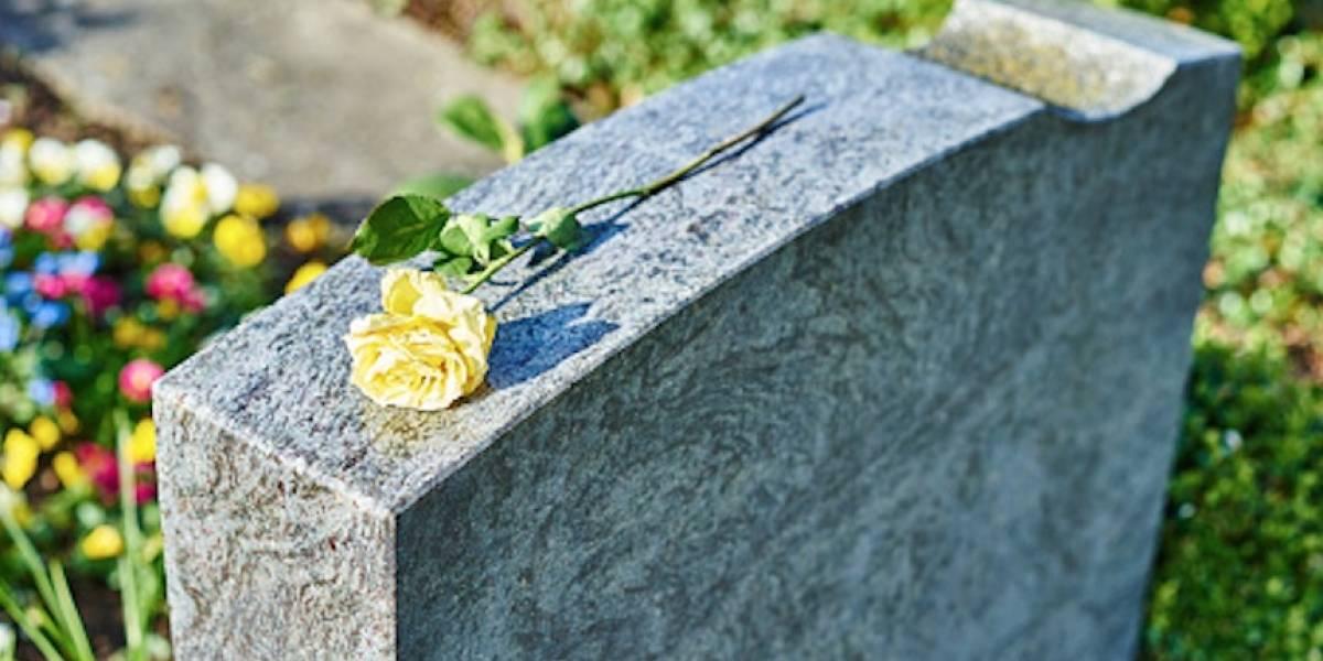 Apuñala a su pareja por llevar flores a tumba de su ex