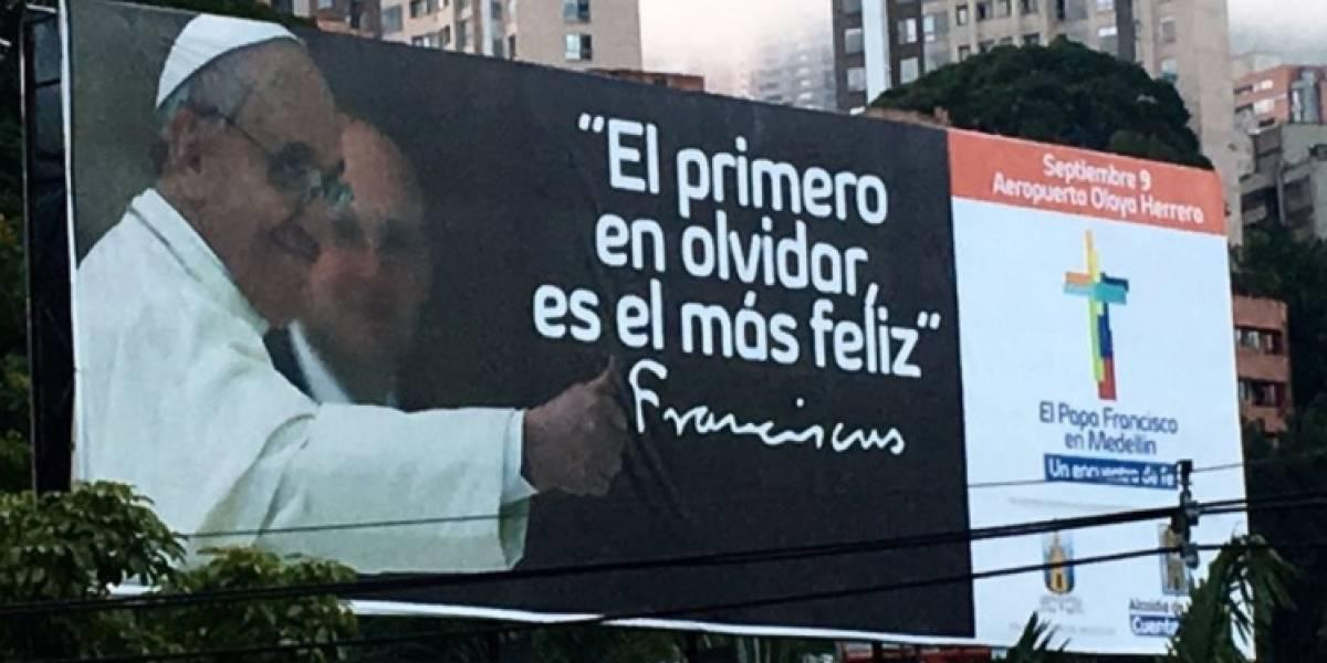 Las vallas publicitarias para el papa Francisco que hicieron con mala ortografía en Medellín