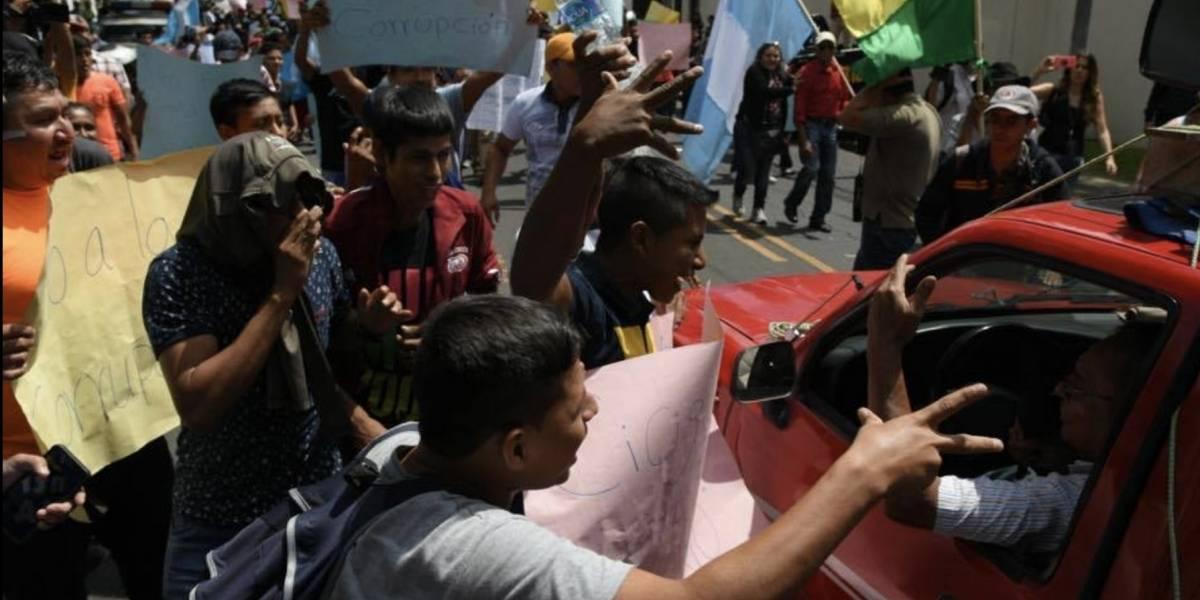 Manifestantes a favor de Jimmy Morales arremeten contra los que apoyan a CICIG