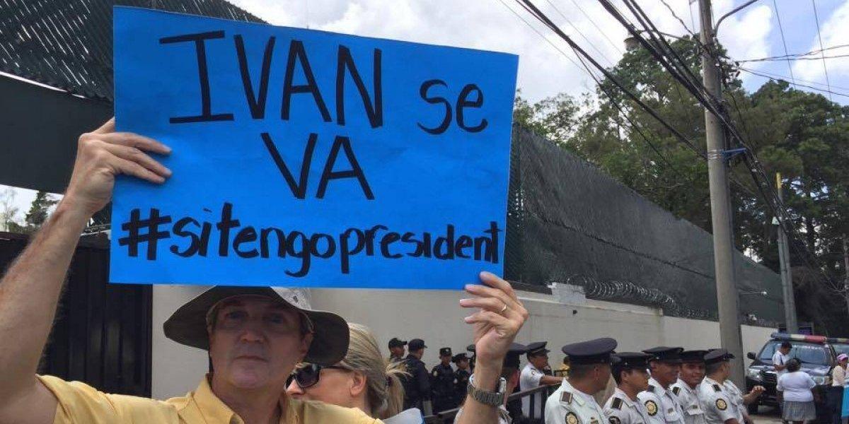 VIDEO. Un pan y una bolsa de agua reciben los manifestantes contra Iván Velásquez