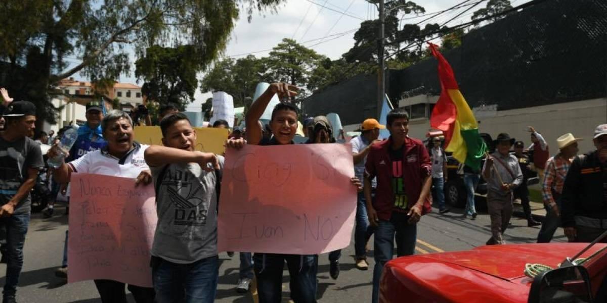 En buses extraurbanos trasladan a manifestantes en contra del titular de la CICIG