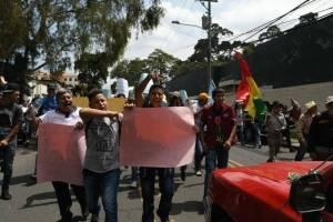 Manifestantes viajan en buses extraurbanos a la sede de la CICIG