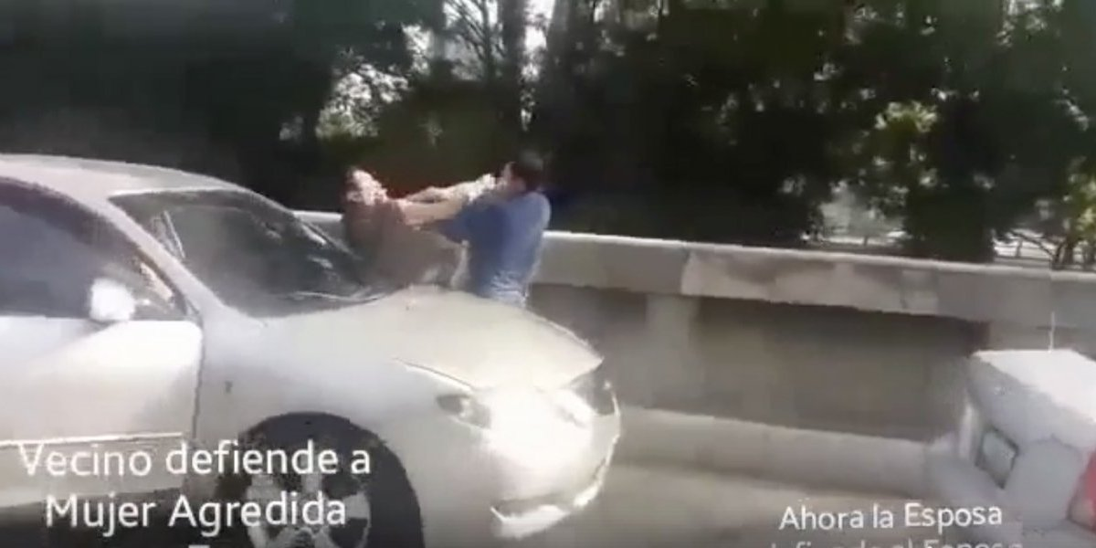 Mujer arremete contra conductor que la defiende de paliza que le da su pareja