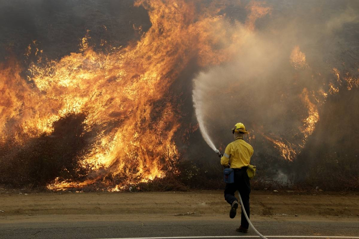 LaTuna fire burns near Los Angeles, California