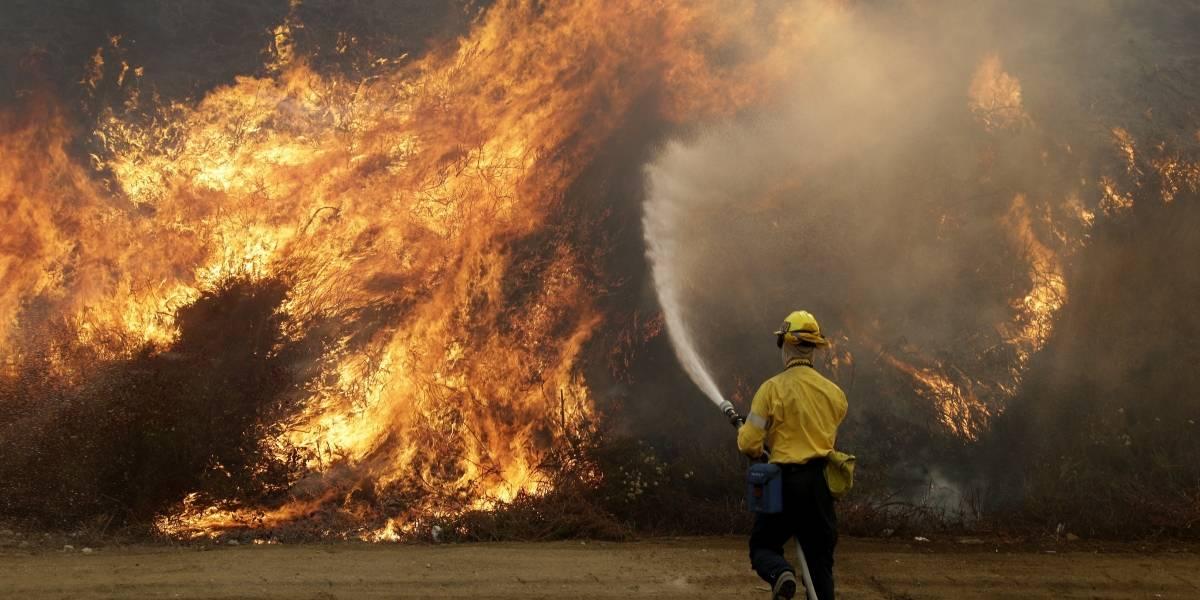 Incendio descontrolado arrasa más de 2.000 hectáreas al norte de Los Ángeles