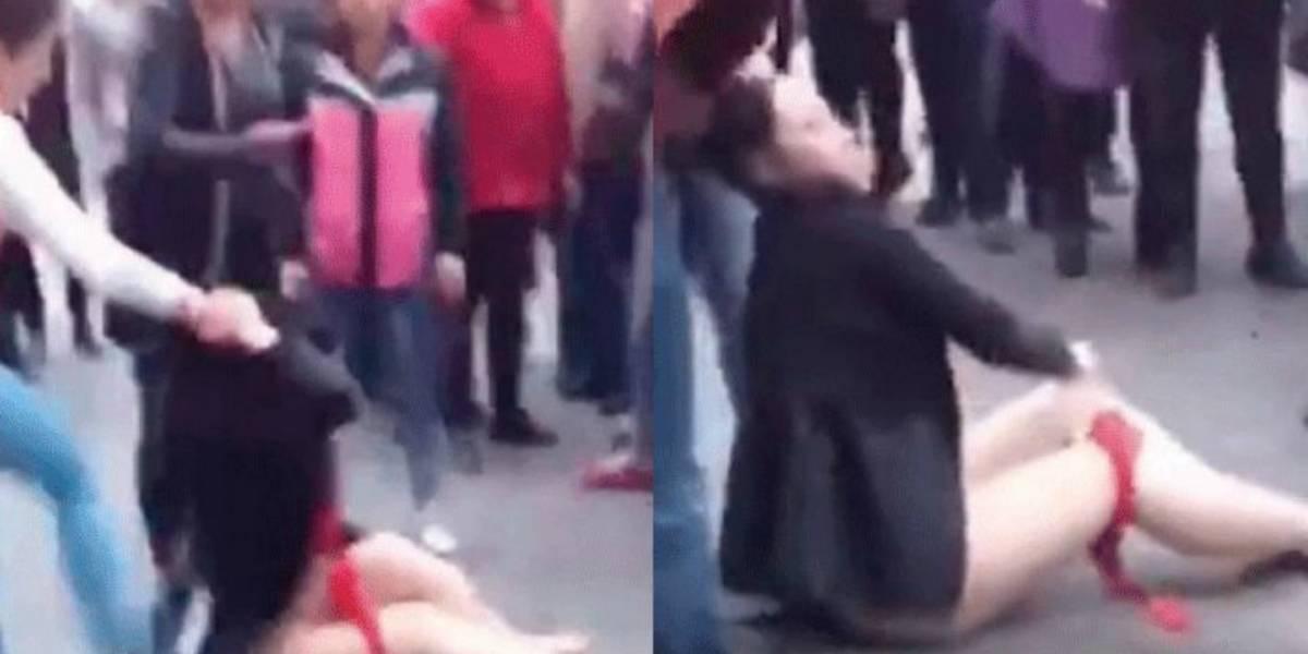 Video: Mujer desviste y humilla a amante de su esposo en plena vía pública