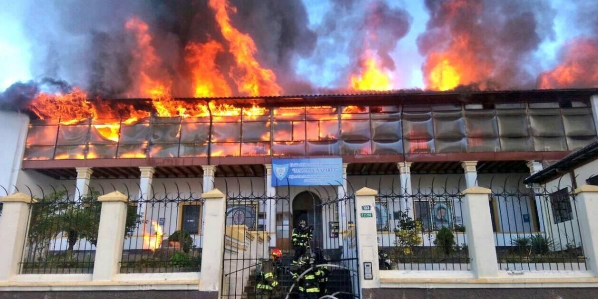 Incendio consume unidad educativa en Quito