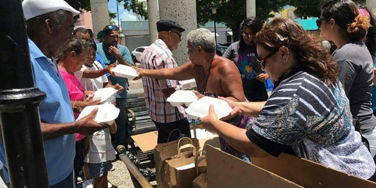 Miembros de una iglesia obsequian alimentos a personas de escasos recursos en Cataño