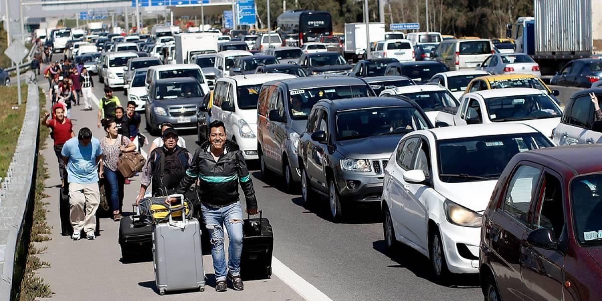 Impactantes imágenes del día de furia de los taxistas en los accesos del aeropuerto de Santiago