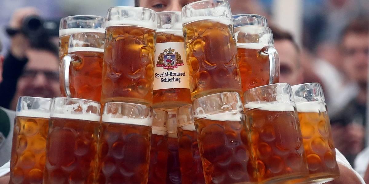 Homem bate recorde mundial de carregamento de cerveja na Alemanha