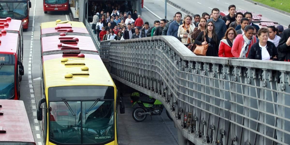 Video: Hombre en muletas se atraviesa la Autopista Norte para colarse en TransMilenio y entrar a la estación