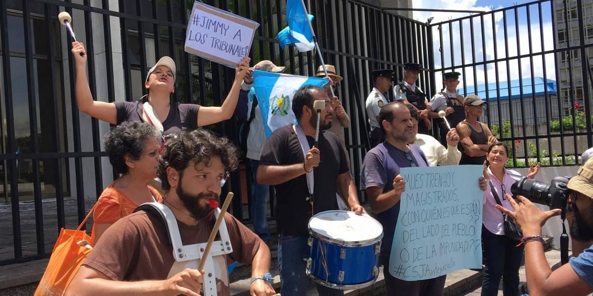 Mientras magistrados conocen antejuicios contra Morales; ciudadanos realizan plantón frente a CSJ