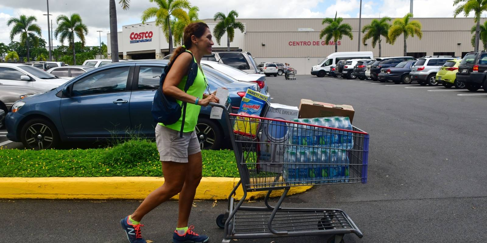 Los ciudadanos se abastecieron de artículos de primera necesidad. Foto: Dennis Jones