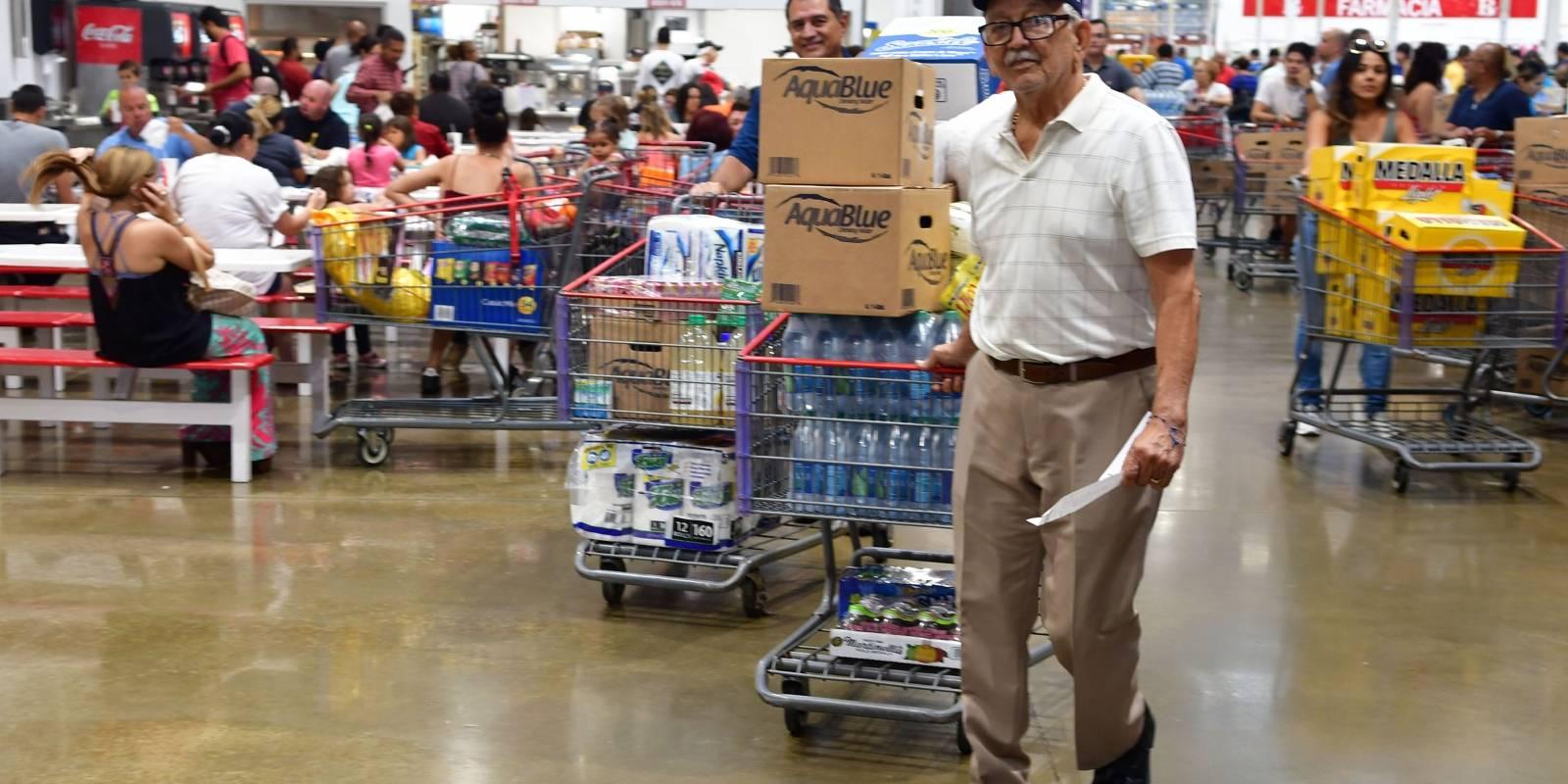 Algunos artículos como plantas eléctricas y agua se terminaron. Varios comerciantes se encontraban en los almacenes haciendo compras no relacionadas al posible paso del ciclón. Foto: Dennis Jones