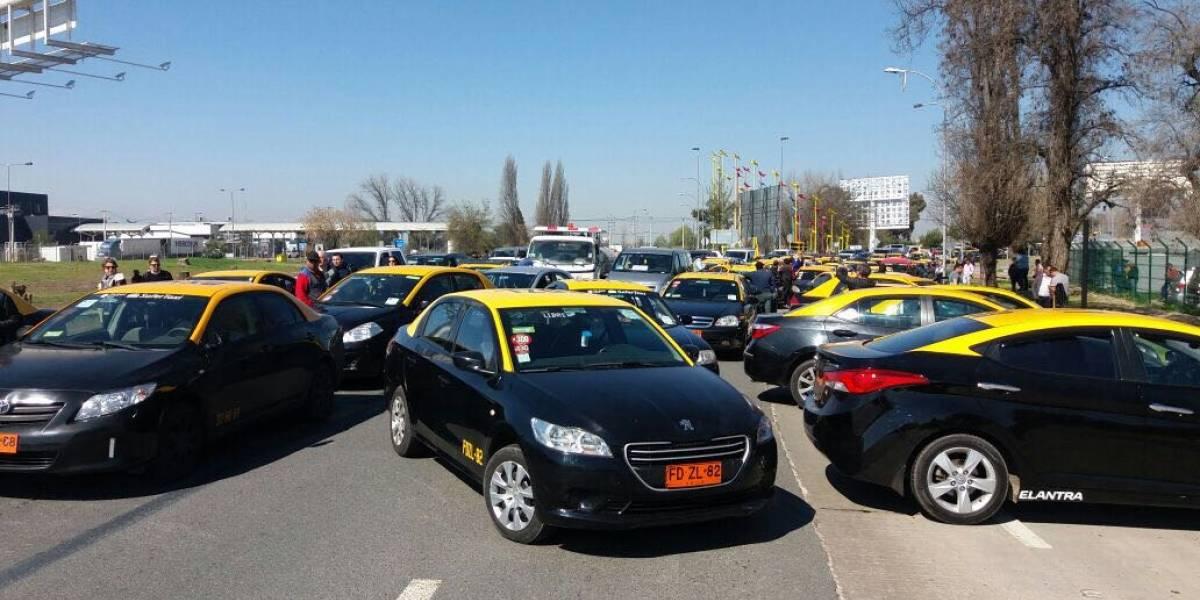 Paro de taxistas genera caos en el aeropuerto: se retrasan vuelos y pasajeros tuvieron que acceder caminando