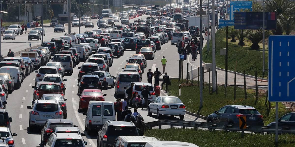 """Uber lamenta """"movilización no autorizada y disruptiva"""" de taxistas en aeropuerto"""
